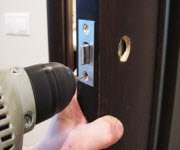 Врезка и установка замков в дверь